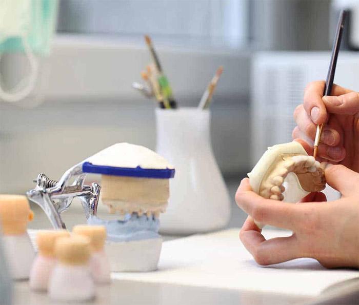 De qué están hechas las dentaduras postizas
