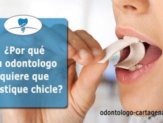 Masticar chicle por sus dientes